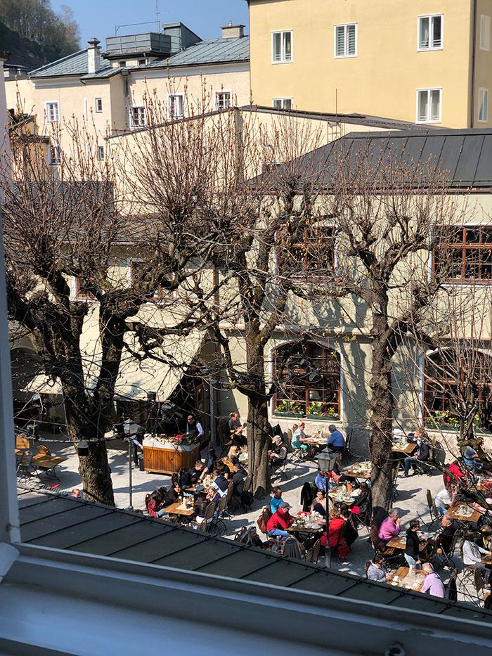 Ausblick aus dem Appartement Antonia in der Salzburger Getreidegasse ind den Sterngarten