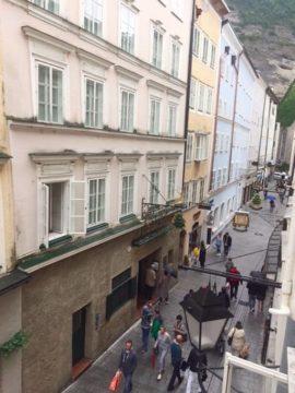 Blick aus dem Fenster des Appartement Constanze in der Getreidegasse in Salzburg