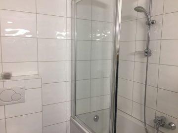 Bad mit Badewanne und Dusche Appartement Beatrix in der Getreidegasse in Salzburg