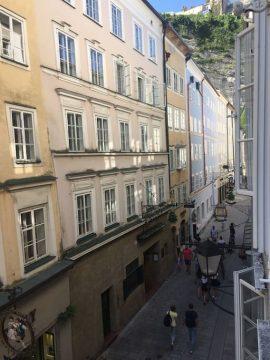 Blick aus dem Fenster Appartement Beatrix in der Getreidegasse in Salzburg